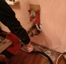 Алмазное бурение отверстия для установки бризера с использованием водяного колектора (для отвода воды и грязи в процессе бурения) и промышленного пылесоса