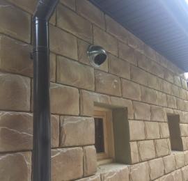 Установка железного колпака со стороны улицы для предотвращения попадания влаги в вент канал и предания более эстетического вида может применяется для все типов вент установок